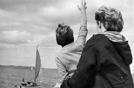 Douglas Manry and Robin Manry wave to Robert Manry, 1965